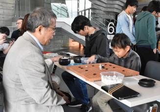 棋士と囲碁を楽しむ参加者