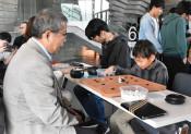 プロ棋士と対局熱く 大船渡で囲碁まつり