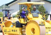 重機操縦や試乗ドキドキ 八幡平市の小学校で建設業体験