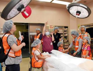 手術室を見学する院内ツアー参加者