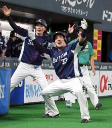 3回、通算100本塁打となる2ランを放ち、源田(左)とポーズを決める西武・山川=札幌ドーム