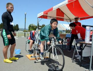 自転車をこいでかき氷作りに挑戦する児童