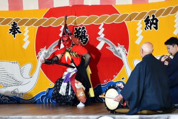 勇壮な舞を披露する神楽衆