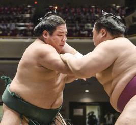 友風(右)を攻める錦木=両国国技館