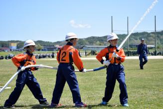 軽ポンプ操法を披露する宮守小の少年消防クラブ員