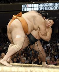 錦木(奥)が小手投げで魁聖を破る=両国国技館