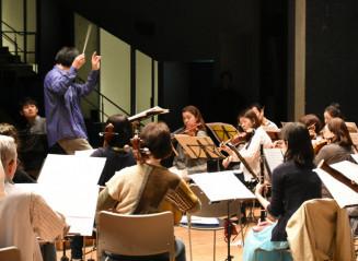 小井土文哉さん(左)との共演へ練習に熱を込める北上フィルハーモニー管弦楽団のメンバー