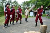 まき割り四苦八苦 北海道の中学生、一関で農業体験