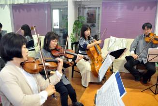 結成10周年記念の演奏会に向け練習するラトゥール・カルテットのメンバー