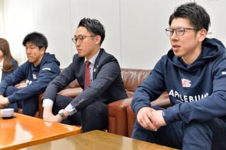B2復帰への意欲を語る岩手ビッグブルズの(右から)千葉慎也、水野哲志社長、今井宏樹