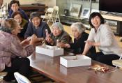 会話に花咲く ハーバリウム作り 岩手町で高齢者が交流