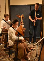 幻想的な音楽で聴衆を引き込んだ、(左から)サミ・エルさん、小野寺江水さん、ブルース・ヒューバナーさん