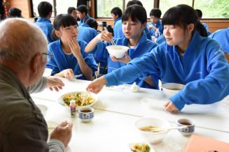 黒岩産の食材で作った料理を味わい会話を楽しむ城西中の生徒