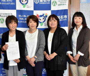 認証書を受け取り、一層の事業充実を誓う柳下啓子代表(左)らきらきらぼしのスタッフ