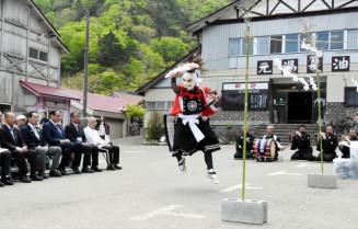 夏油温泉のシーズンの安全とにぎわいを願い奉納された岩崎鬼剣舞の「一人加護」
