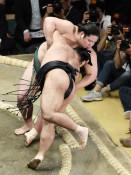 錦木、押し出し2勝 大相撲夏場所6日目