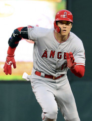右肘を保護する黒いプロテクターを着けて走塁するエンゼルス・大谷翔平=ミネアポリス(共同)