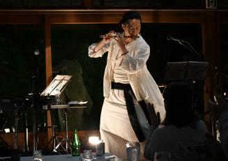 しの笛の豊かな響きで魅了する佐藤和哉さん