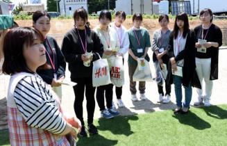 きたかみ保育TOURで小規模保育所を訪れた学生ら(奥)