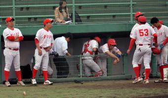 富士大-八戸学院大 敗戦で連続優勝が10季で途絶え、肩を落とす富士大の選手たち=青森市・青森県営球場