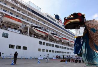 迫力ある舞で飛鳥Ⅱの寄港を歓迎する綾里大権現