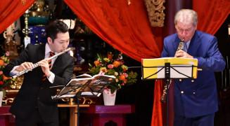 息の合った演奏を披露するハンスイェルク・シェレンベルガーさん(右)と神田勇哉さん