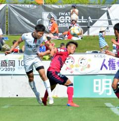 岩手-C大阪U-23 後半37分、FW谷口海斗(左)が頭で決めて1-3と追い上げる=盛岡市・いわぎんスタジアム