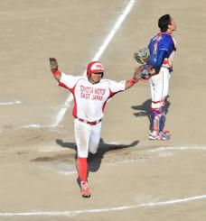 決勝、延長10回トヨタ自動車東日本無死満塁、羽田野の安打で3走大島がサヨナラのホームを踏む=花巻球場
