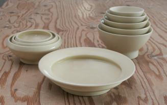 てまるシリーズの磁器製わん(左奥)とカレー皿(手前)。右奥は大沢さんオリジナルの飯わん