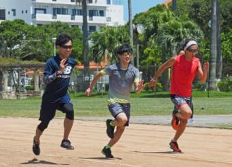 陸上トレーニング合宿で、ダッシュする雪印メグミルクの(左から)伊東大貴、佐藤幸椰ら=22日、那覇市