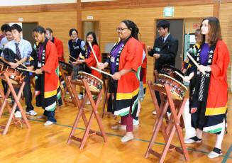 和太鼓の演奏を体験するレインテック高の生徒