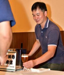 久慈市で昨年行われた地酒のイベントに参加した小笠原恵助さん。同市のホウレンソウを使ったクラフトビール醸造に挑戦する(同市提供)