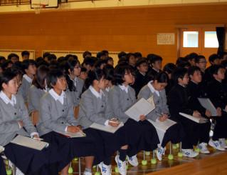 講演会で早池峰山の自然保護活動について学ぶ岩手大付属中の1年生