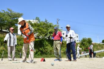 和気あいあいとグラウンドゴルフに興じる参加者ら