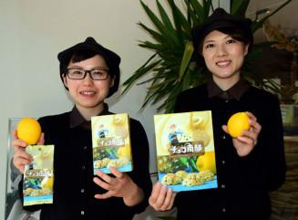 夏限定チョコ南部を紹介する従業員。レモンとチョコレートの甘酸っぱさで夏の爽やかさを表現する
