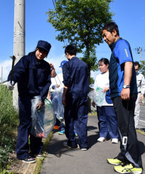 通学路などを清掃する生徒ら