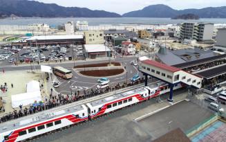 3月23日に全線開通した三陸鉄道。期間中はプレミアムランチ列車や震災学習列車を運行する。