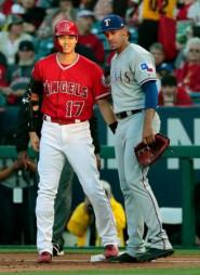 レンジャーズ戦の1回、四球で出塁し、笑顔を見せるエンゼルス・大谷翔平(左)=アナハイム(共同)