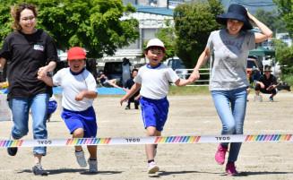 保護者らと一緒に走る藤原小の児童