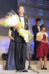 全日本スキー連盟の表彰式で最優秀選手賞を受賞したジャンプ男子の小林陵侑。右は岩渕麗楽=26日午後、東京都渋谷区