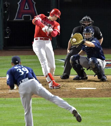 マリナーズ戦の9回、代打で出場し空振り三振に倒れたエンゼルス・大谷翔平。投手ディアス=アナハイム(共同)