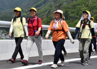 6月22日に開通する三陸道釜石北―大槌間を歩き、爽やかな汗を流す参加者