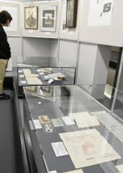 本県近代化に功績を残した金田一家の資料などが並ぶ新収蔵資料展