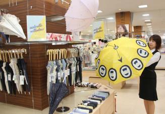 猛暑対策のため、需要増が見込まれるロングタイプの日傘を今季新たに取りそろえたさくら野百貨店北上店の日傘コーナー=北上市