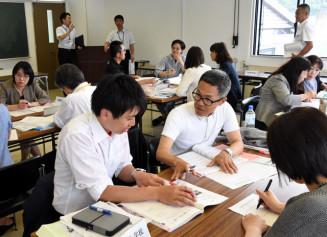 小中連携による「いのちの教育」の進め方を協議する参加者