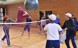 ゆるスポーツを楽しむ吉里吉里学園小学部の児童