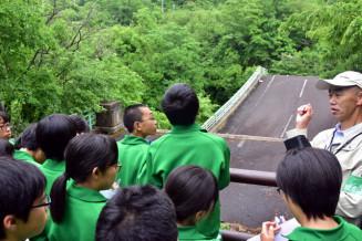 折れ曲がった旧祭畤大橋を見学し、災害の恐ろしさを実感する前沢中の生徒
