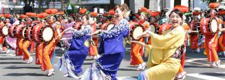 盛岡市で昨年開かれた東北絆まつりの盛岡さんさ踊り。今年は福島県の盛り上げへ心を一つにする=2018年6月2日