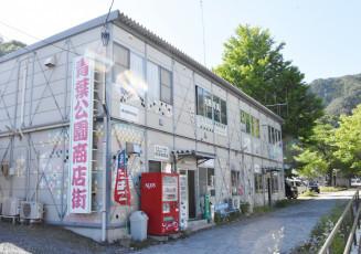 7事業者が入居する青葉公園商店街仮設店舗。現在、仮設で営業する38事業者は本年度内に再建予定だ