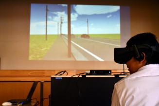 VRゴーグルを着用し車両の通行状況を確認する生徒